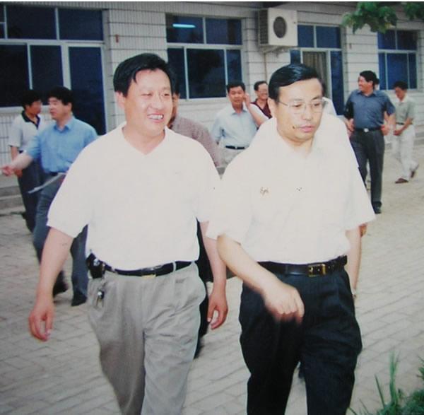 2002年河北省副省长才利民同志(右一)来我公司考察并对